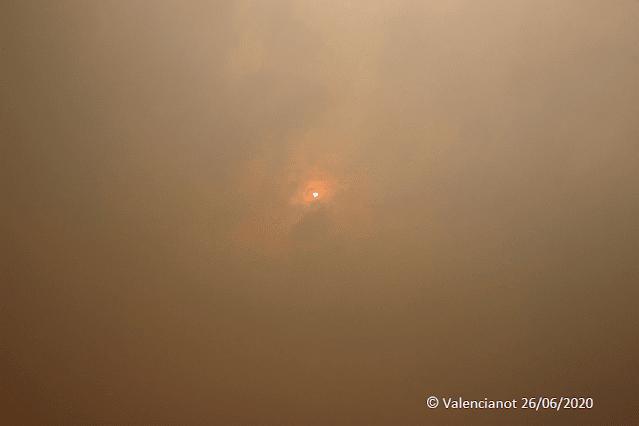 El sol  en Valencia bajo el humo y las cenizas del incendio del 2012.