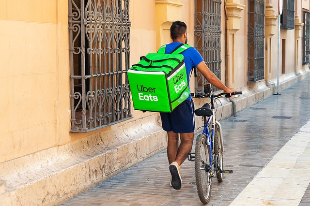 rapaz com bicicleta delivery