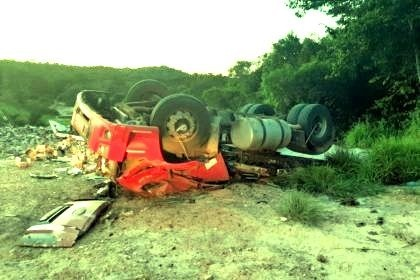 Tragédia no Norte de Minas Gerais: caminhoneiro que vinha para Bahia morre em tombamento na BR-251