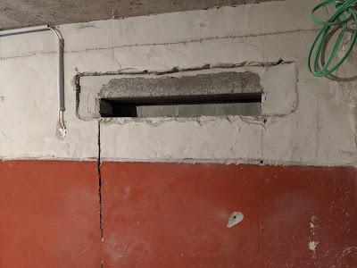 Eingeritzte Wand vor Montage des Sturzes