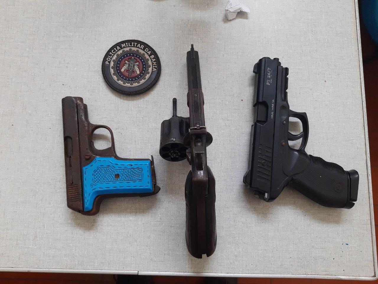 24ª CIPM prende individuos por porte ilegal de armas de fogo e associação ao trafico em Tapiramutá - OPERAÇÃO CONTOU COM O SUPORTE E APOIO DECISIVOS DE GUARNIÇÕES DA CIPE SEMI-ÁRIDO