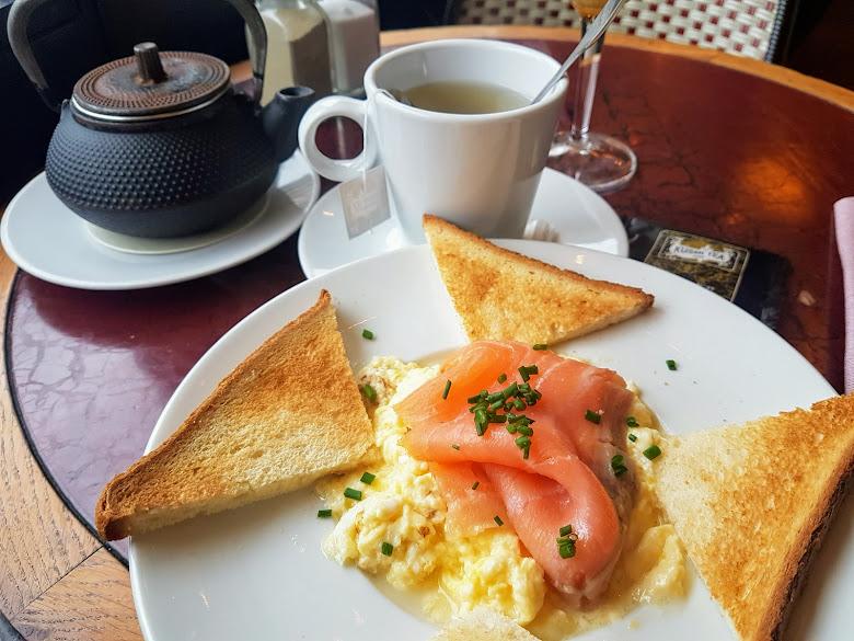 Café Beaugrenelle 內的挪威早餐