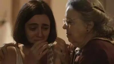 Candoca (Camila Amado) acalma Justina (Julia Stockler) em 'Éramos Seis' — Foto: Globo