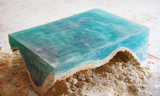 contoh meja unik menyerupai lautan dengan bahan epoxy