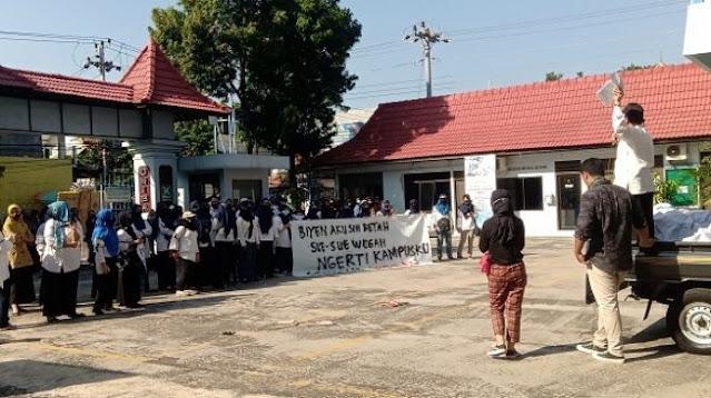 Heboh! Ikut Demo Mahasiswa, Rektor UNIBA Nyatakan Mundur Sambil Buka Baju
