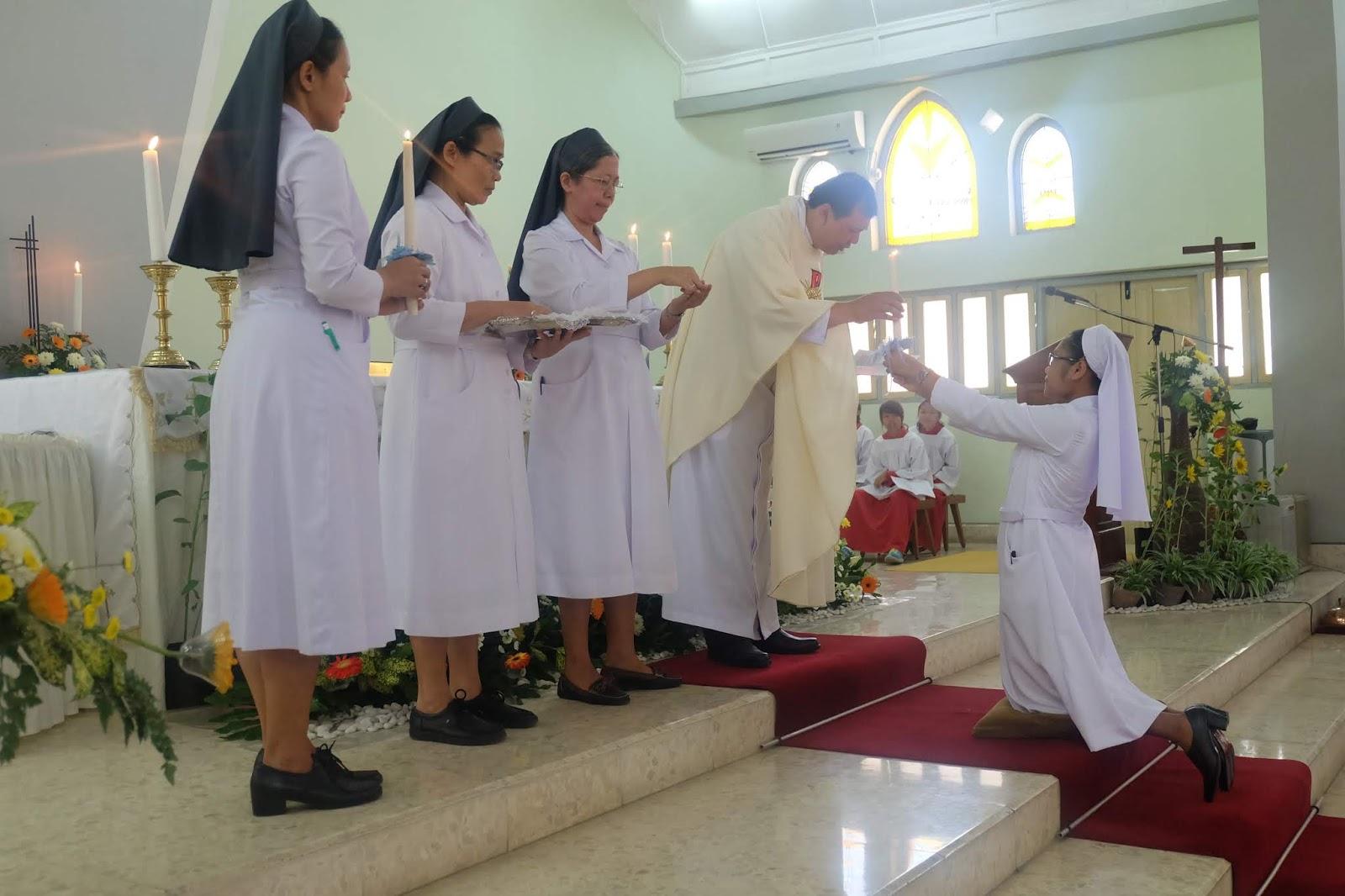 Upacara penerimaan busana biara dan memasuki masa Novisiat