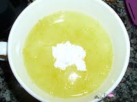 Añadiendo el azúcar glass al zumo de limón