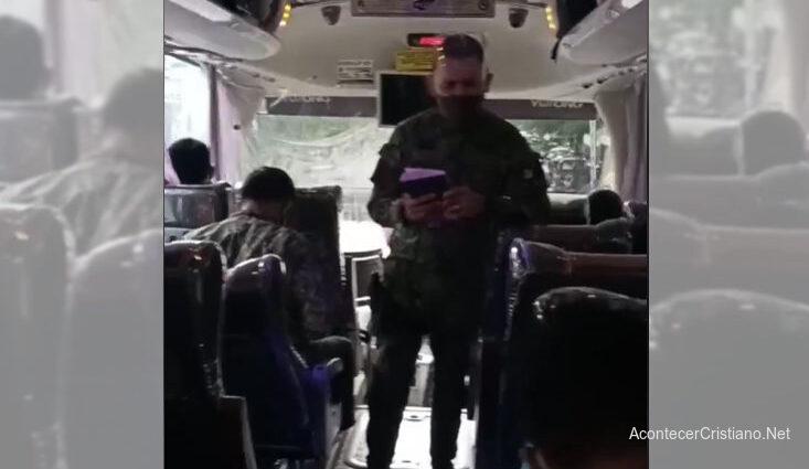Policía predica con Biblia a sus colegas