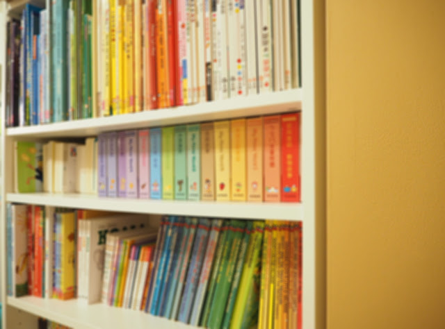 原本書櫃的繪本不是亂放就是按照高矮擺放,現在按照顏色擺放之後,才發現原來少少的幾本書,顏色也可以這麼豐富,整個書櫃變很漂亮