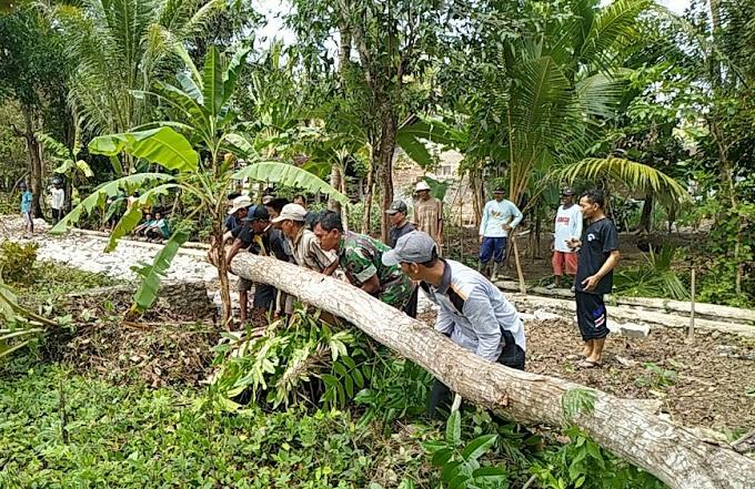 Babinsa Kedundang Bersama Warga  Kerja Bakti Pembuatan Jalan Baru