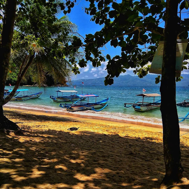 perahu pantai karanggongso