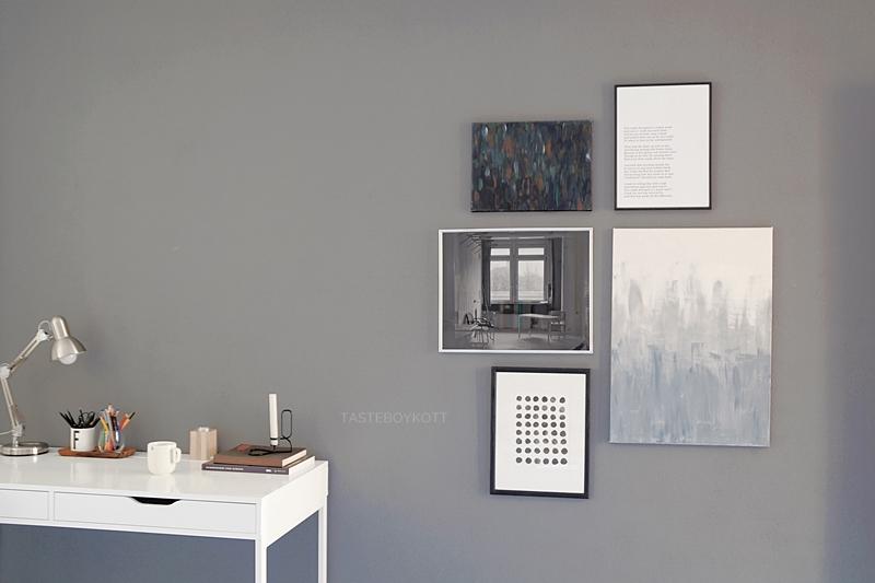 Arbeitsplatz mit Bilderwand Kunst DIY, Schreibtisch Alex von Ikea, dunkelgrauer Wandfarbe, Grautöne schlichter skandinavisch-moderner Wohnstil einrichten und dekorieren Minimalismus.