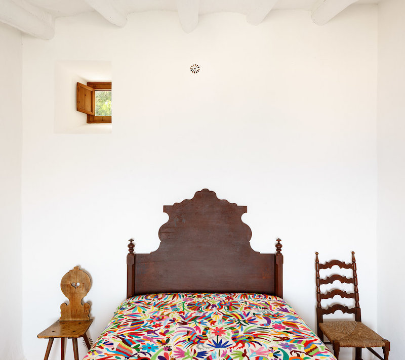 Dormitorio con pequeña ventana para facilitar ventilación cruzada