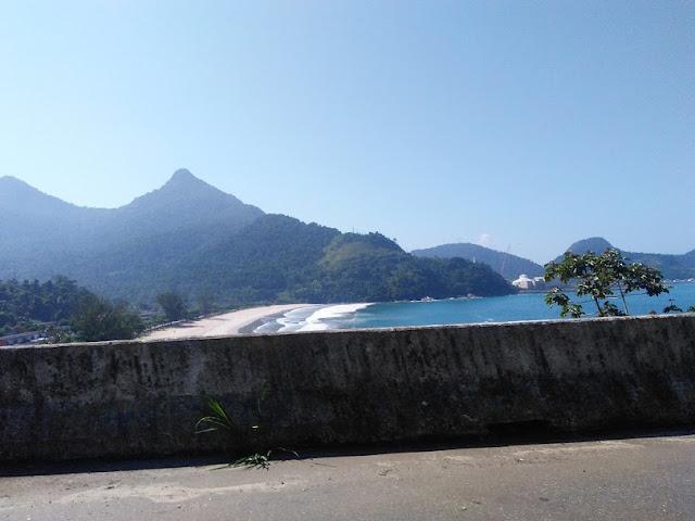 Paisagem de praia e montanha