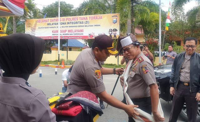 Datang ke Toraja, Irjen Pol Aris Budiman Terima Passapu' dan Salempang Tenun dari Kapolres