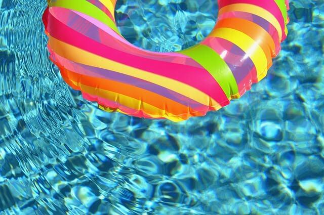 ホテルのスイミングプールに浮き輪が浮いている写真