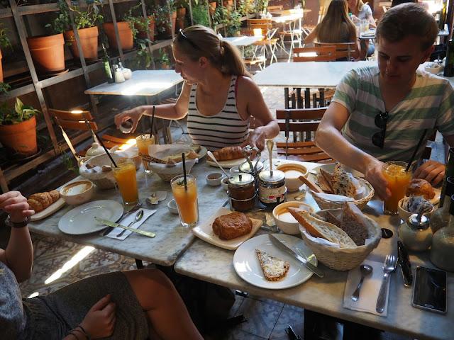 Frühstück im Le Pain Quotidien