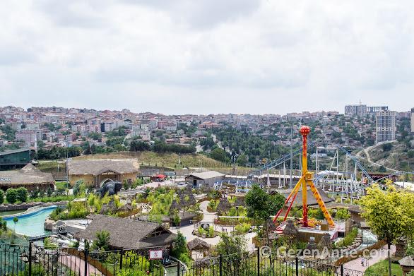 Zindan ve safari korku tünelleri, sarı direk 360 derece dönülen ünite, arkada da Maceraperest roller coasterının rayları, Vialand İstanbul