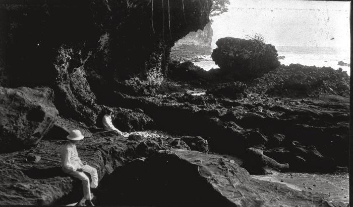 Nederlands: Foto. Kustlandschap nabij Pangandaran aan de zuidkust van de Preanger, West-Java. 1918. Lonkhuyzen (Fotograaf/photographer). Sumber : COLLECTIE_TROPENMUSEUM http://commons.wikimedia.org/wiki/File:COLLECTIE_TROPENMUSEUM_Kustlandschap_nabij_Pangandaran_aan_de_zuidkust_van_de_Preanger_West-Java_TMnr_60010779.jpg