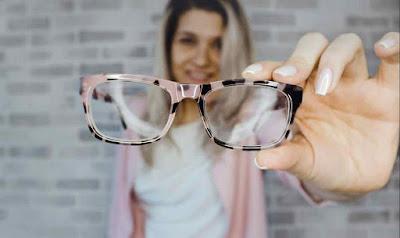 من الأفضل النظارات أو العدسات اللاصقة