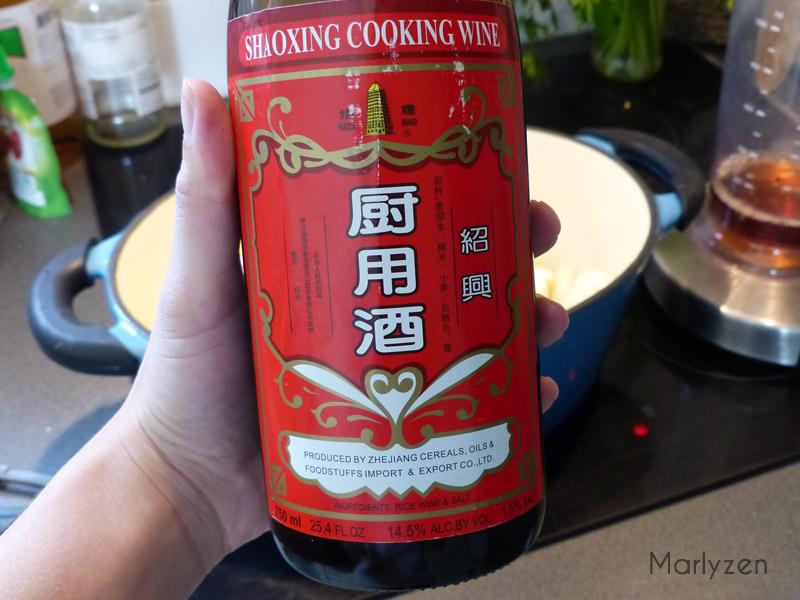 Versez le vin de Shaoxing et la sauce de soja.