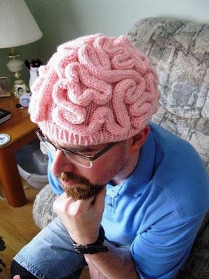 Nachdenkender Mann mit lustiger Mütze - Kopf frei bekommen