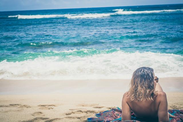 jeune femmme allongée sur la plage