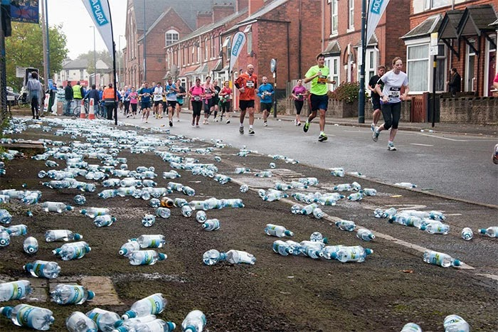 London Marathon Replaced Water Bottles With Biodegradable And Edible Water Pouches