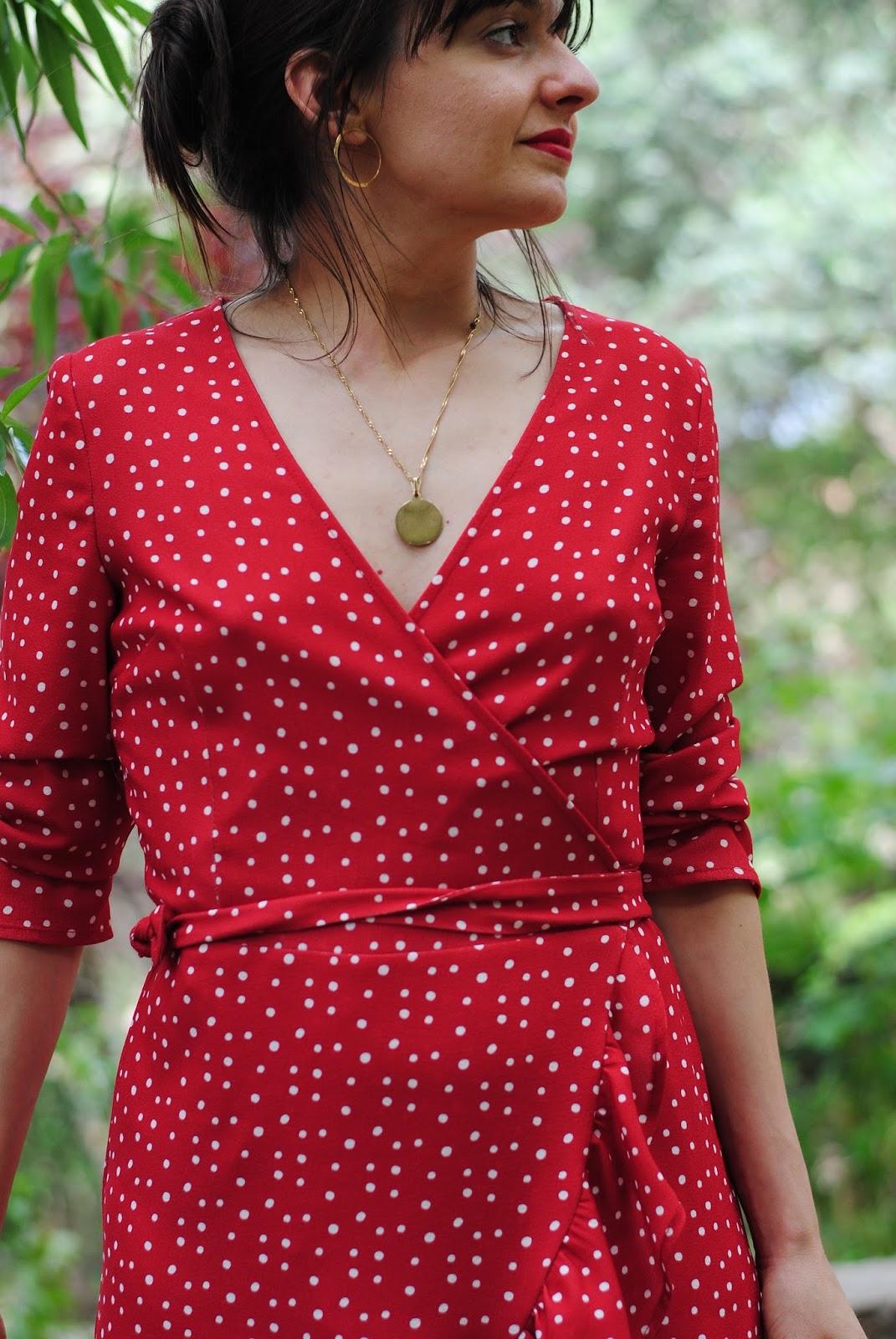 Look con vestido rojo de lunares