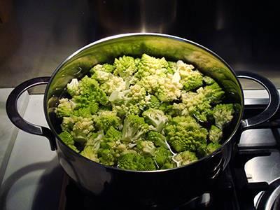 Lessare le cime di broccolo in acqua salata