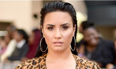 Demi Lovato é vista no muro das lamentações