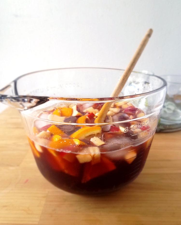 Sangría con vino tinto puertorriqueño en una fuente con frutas y hielo