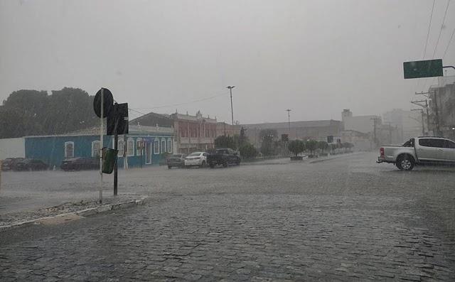 Próximo ao meio dia uma pancada de chuva deixou a paisagem de Jacobina acinzentada.
