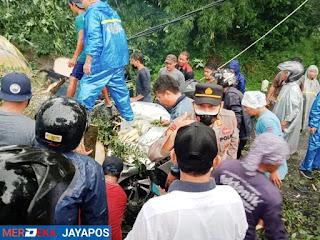 Mobil Tertimpa Pohon Tumbang 4 Orang MD, 2 Luka Berat, dilarikan ke RS Mardhatillah Randudongkal