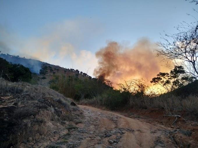 Em GV, área do Pico da Ibituruna pega fogo pela segunda vez em menos de um mês