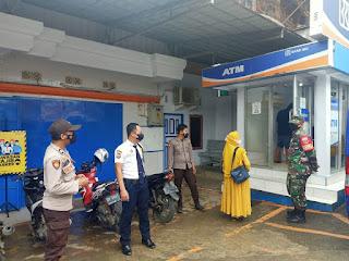 Patroli Polsek Alla Beri Himbauan Pengunjung Di Bank Bri Unit Belajen Untuk Selalu Bermasker