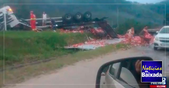 Motorista morre após carreta tombar na Baixada Fluminense
