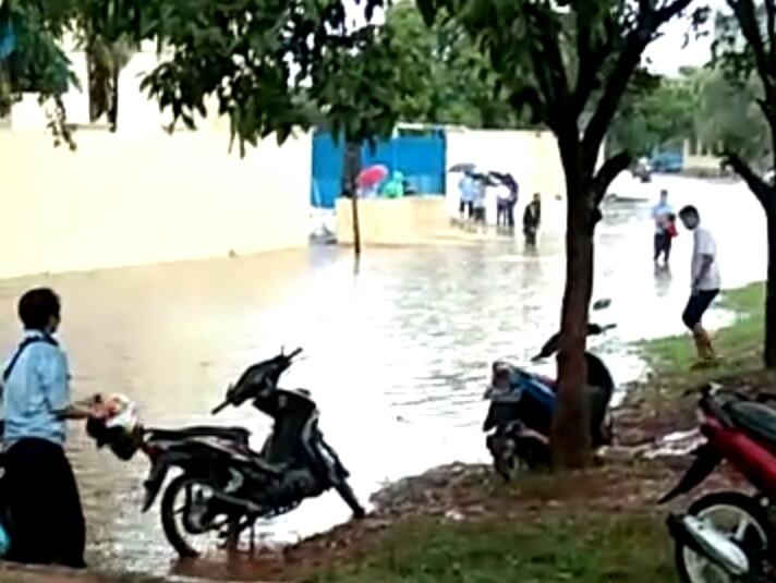Hujan Lebat, Kawasan Industri Gobel Cibitung Terendam Banjir Hingga Sepinggang