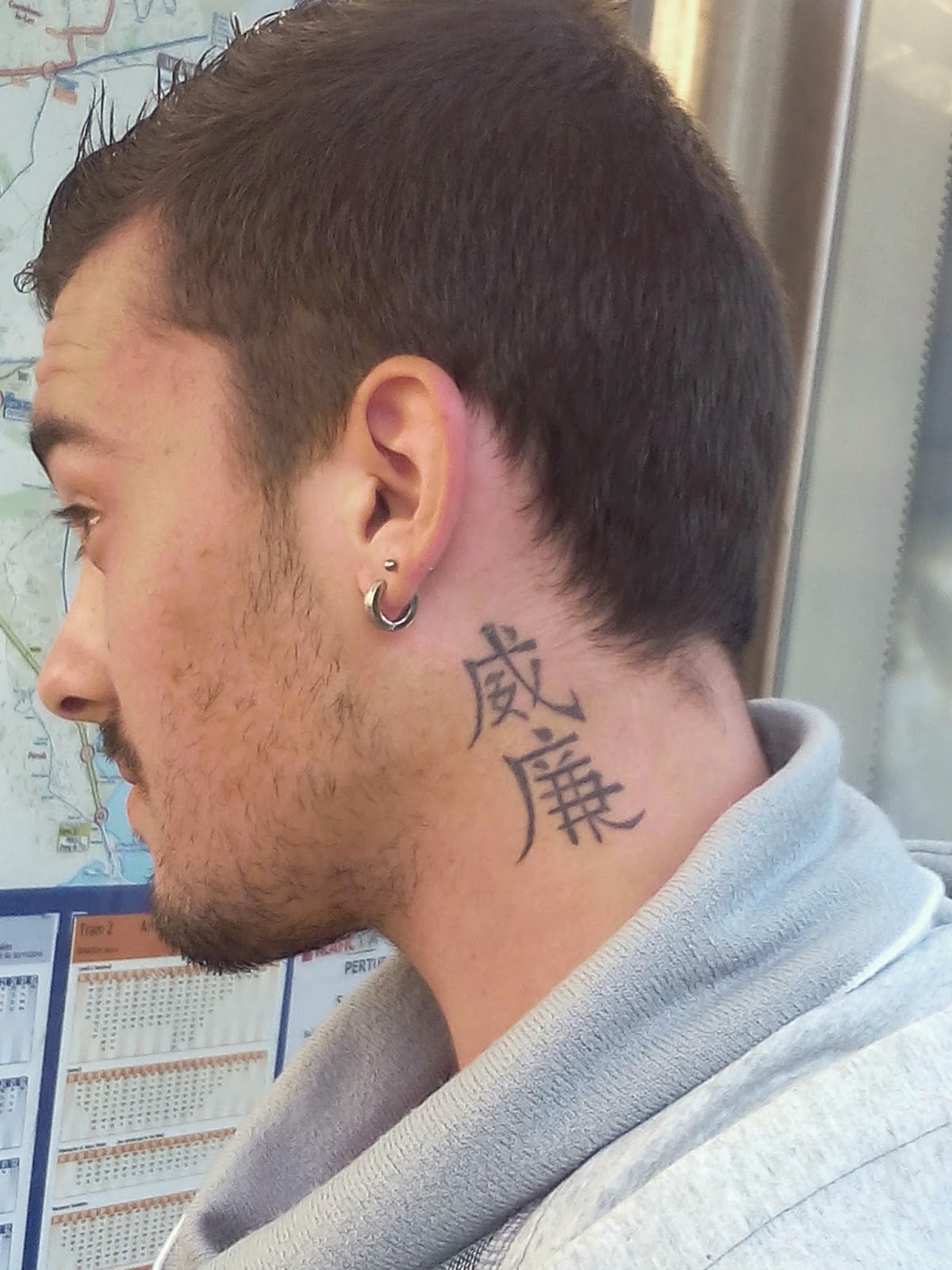 tatouage signe chinois nuque