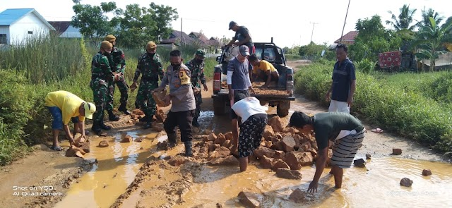 TNI/Polri Bersinergi dengan Masyarakat Perbaiki Jalan di Kecamatan Lede