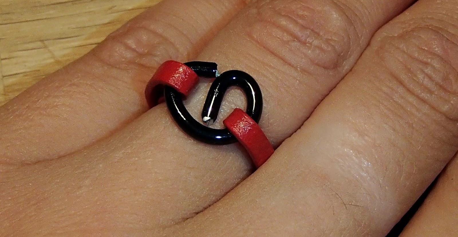 Bague serpentin en cuir sur une main