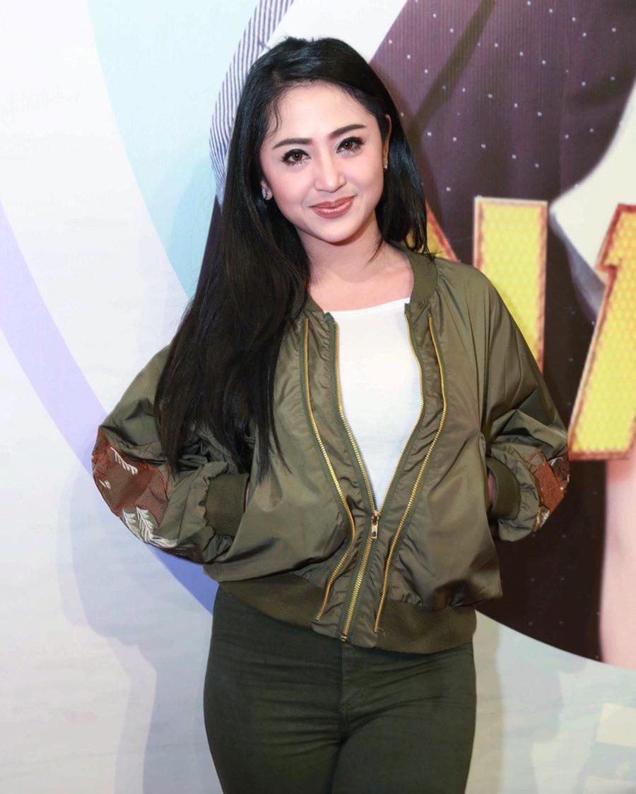 Dewi Perssik manis seksi pakai celana ketat