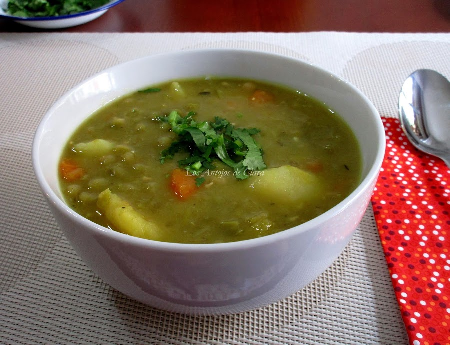 Sopa de guisantes secos con verduras y patata