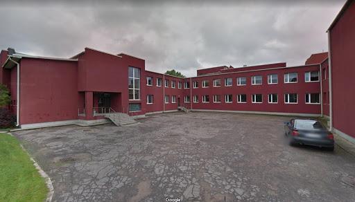 Skolas ēka ar tumšas krāsas ārējo apdari