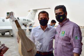 Emanuel Pinheiro recebe Doria e o presenteia com o símbolo da cultura cuiabana
