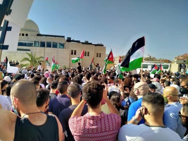 وقفة جماعية حاشدة قرب السفارة الإسرائيلية في الأردن
