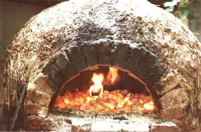Cocina. Horno de barro encendido con puerta abierta
