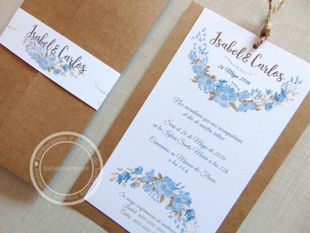 Bonita invitación de boda de estilo vintage con flores azules y tarjetón en papel reciclado kraft