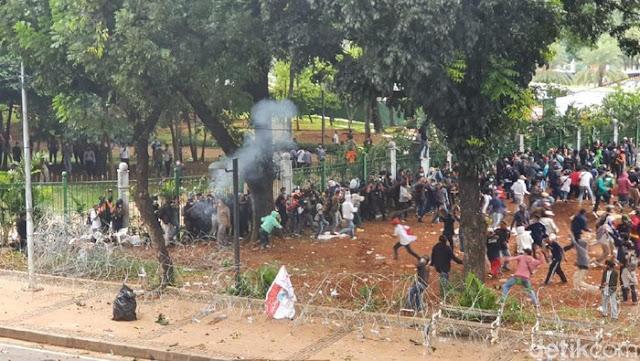 Massa Jebol Kawat Blokade Istana, Polisi Tembak Gas Air Mata