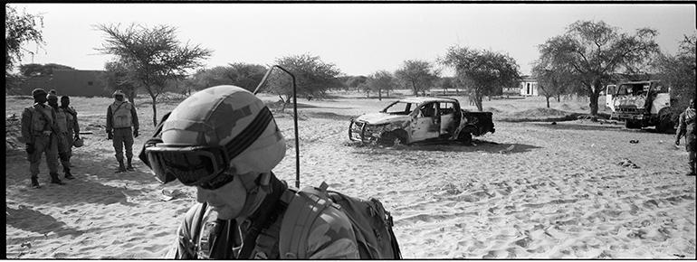 Photo de soldats de l'opération Barkhane et de carcasses de voitures prise au Sahel par Philippe de Poulpiquet
